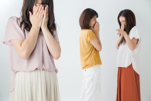 噂をされて涙する女性