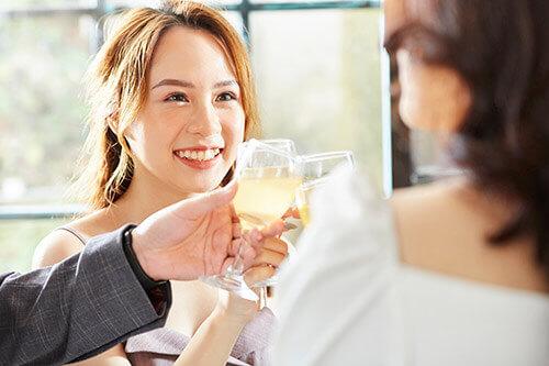 パーティに参加する女性